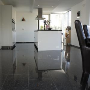 Silver Grey Graniet Gepolijst in moderne keuken