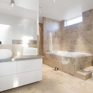 Jura Grau Gezandstraald & Geborsteld in de badkamer