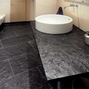 Noorse Leisteen Zwart Breukruw in de badkamer.