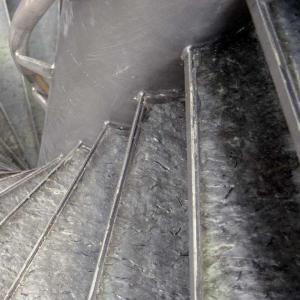 Noorse Leisteen Zwart Geborsteld op een trap