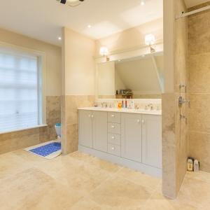 Apulia Ivory Beige natuursteen badkamer