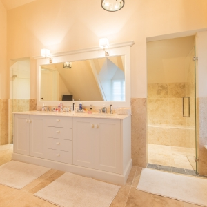 Apulia Ivory Beigebadkamer met meubel