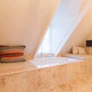 Apulia Ivory Beige met marmer maatwerk en ligbad