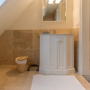 Apulia Ivory Beige travertin met badkamermeubeltje