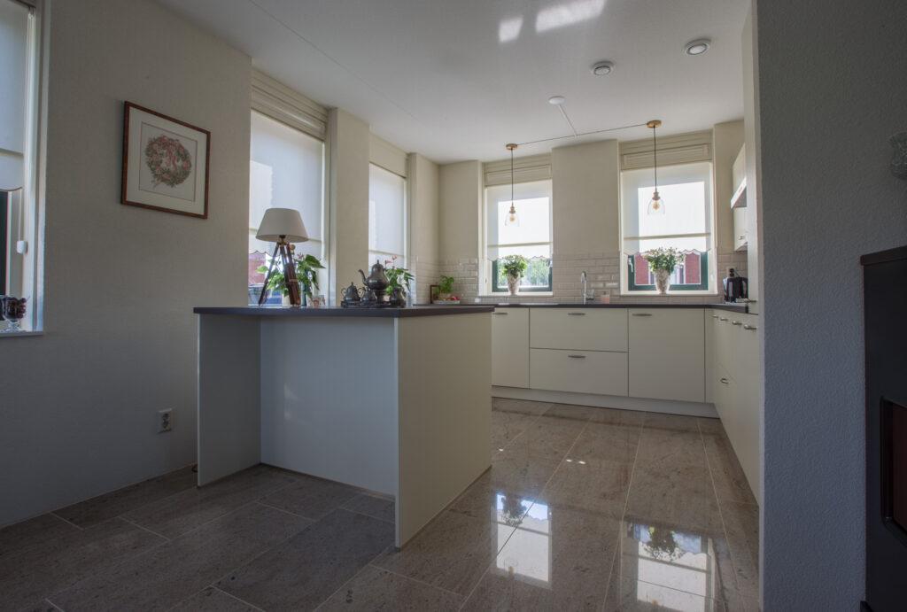 Ghibly Light gepolijst in de keuken.