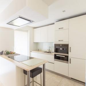 Crema Nova gezoet. Moderne keuken met natuursteen tegels op banen.