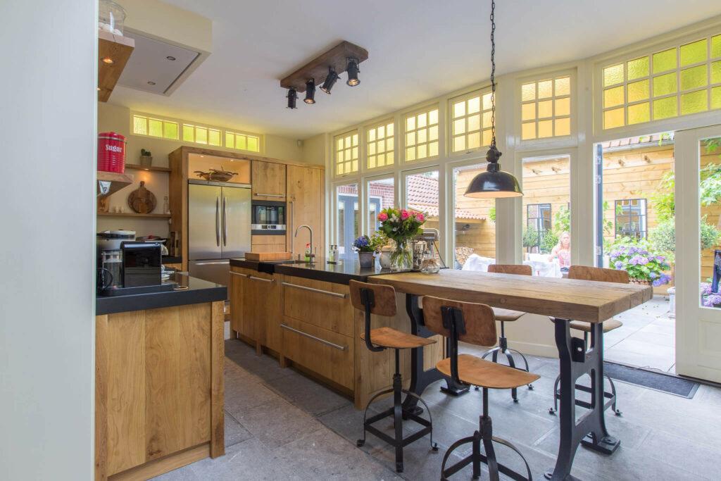 Belgisch Hardsteen Old Country Style in houten Keuken .