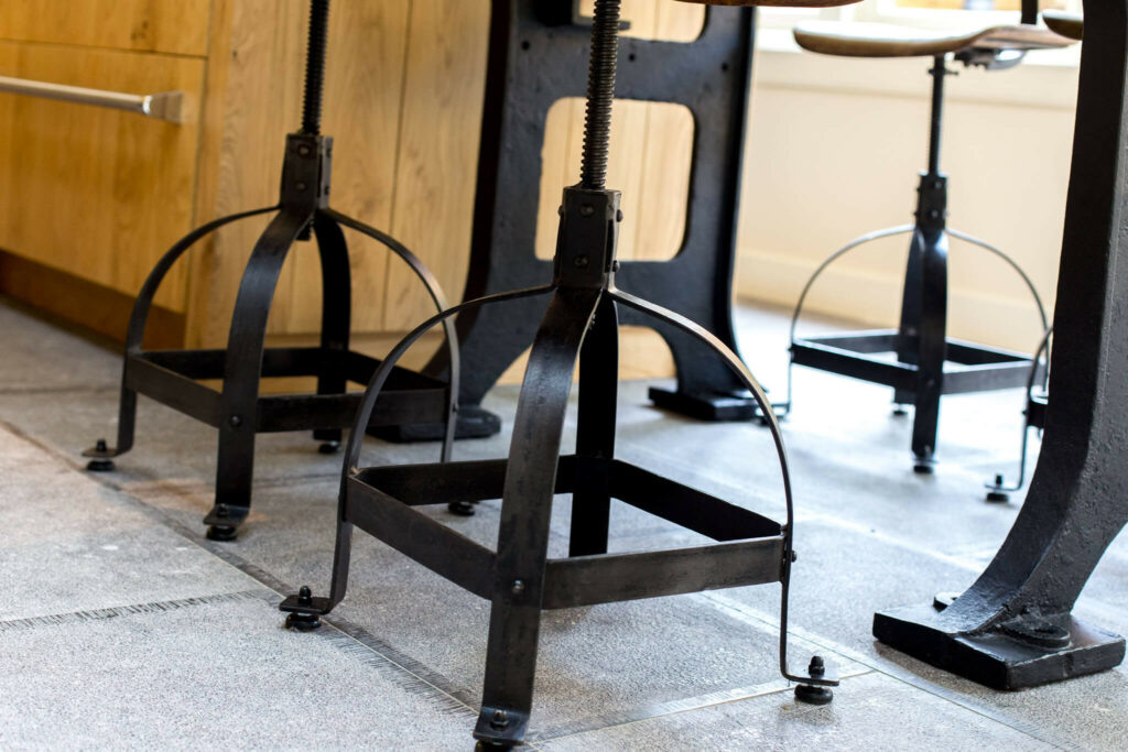 Belgisch Hardsteen Old Country Style met gietijzeren stoel.