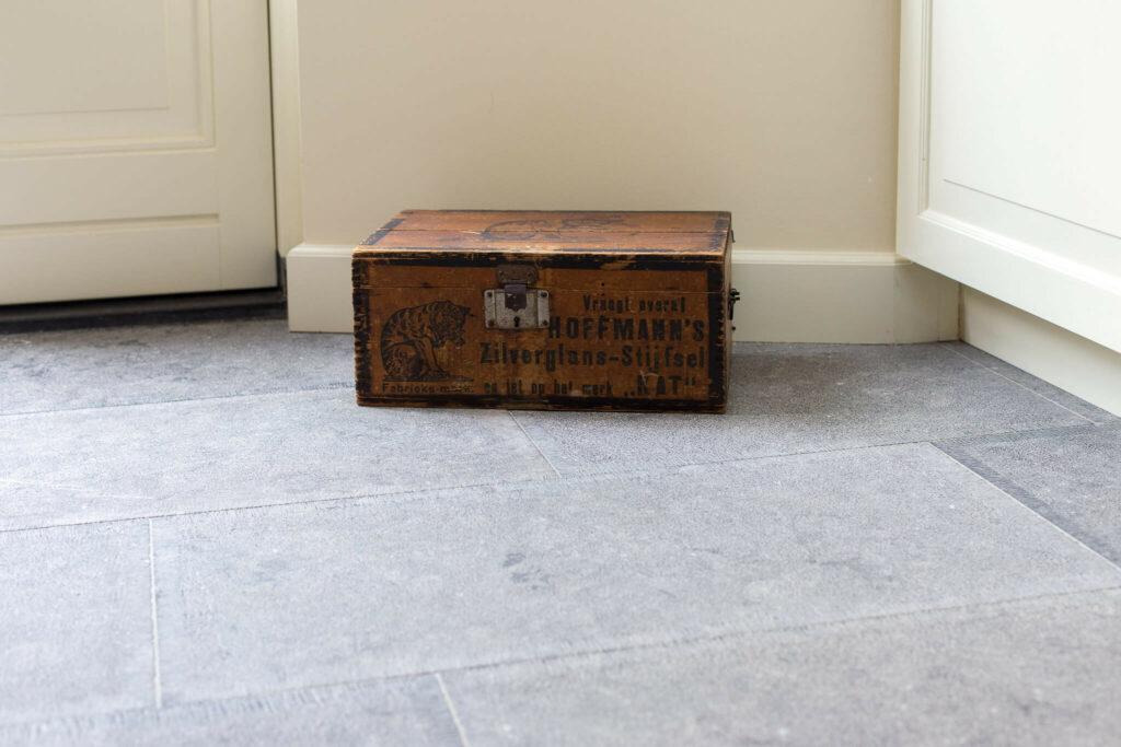 Belgisch Hardsteen Old Country Style met houten kist.