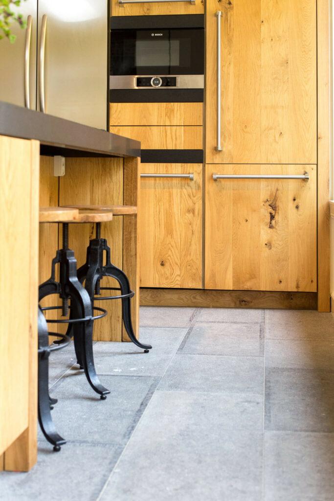 Belgisch Hardsteen Old Country Style met eikenhout keuken.