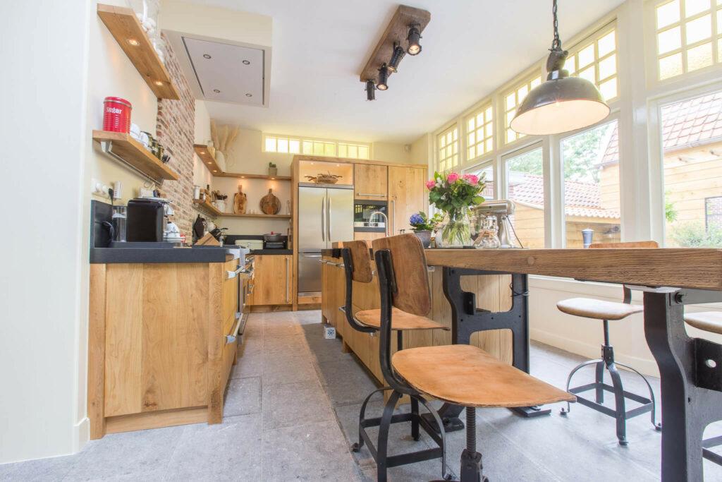 Belgisch Hardsteen Old Country Style in houten keuken.