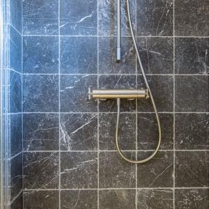 Efesus Marmer Zwart Soft Finish. Marmer tegels in douche.