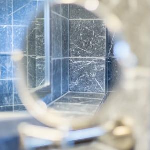 Efesus Marmer Zwart Soft Finish in spiegelbeeld.