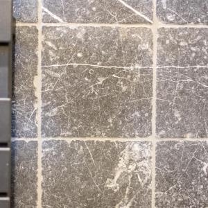Efesus Marmer Zwart Soft Finish. Getrommeld natuursteen.