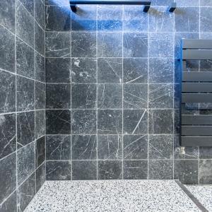 Natuursteen badkamer.