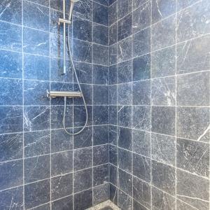 Efesus Marmer Zwart Soft Finish in de douche