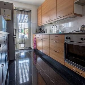 Graniet Black Galaxy Gepolijst in houten keuken.