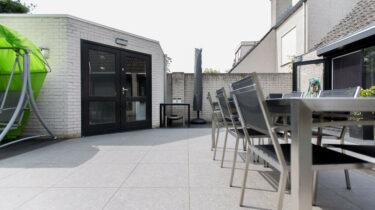 belgisch-hardsteen-look-grijs-geschuurd-keramiek-terrastegels-outdoor