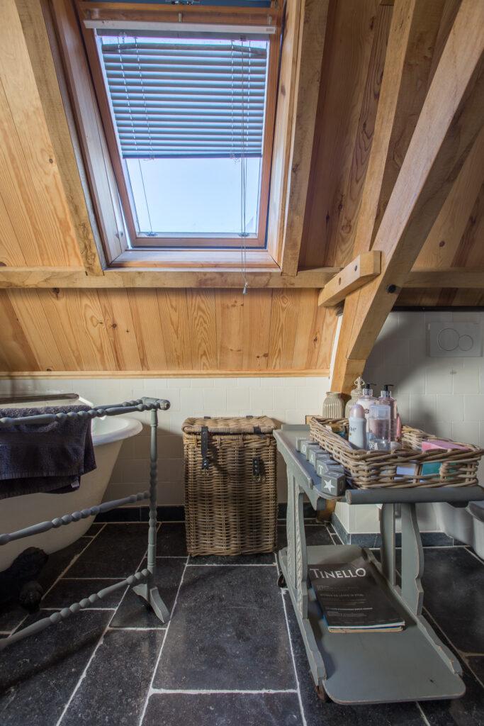 Ambachtelijke Friese Witjes Lichte Mix met Belgisch Hardstenen tegels in landelijke badkamer