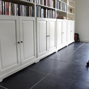 Harappa Stone Black met witte boekenkast