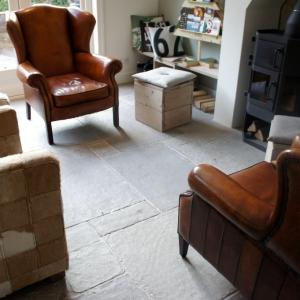 Castle Stones Brown Grey met Leren stoelen.