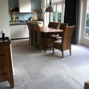 Castle Stones Brown Grey in woonkamer en keuken.