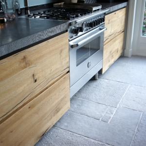 Castle Stones Brown Grey in keuken met Belgisch Hardstenen werkblad.