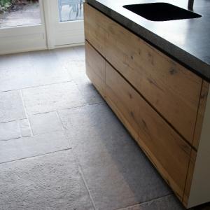 Castle Stones Brown Grey in keuken. Belgisch Hardsteen kookeiland.