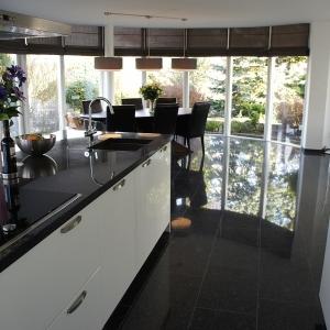 Graniet Silver Grey Gepolijst in keuken met kookeiland.