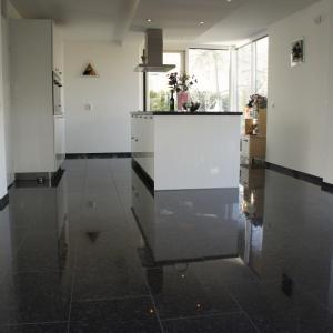 Graniet Silver Grey Gepolijst in keuken.
