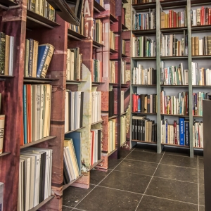 Belgisch Hardsteen Blauw Gezoet. Arduin onder boekenkast.