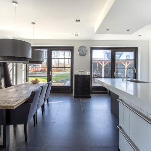 Belgisch Hardsteen Look Keramiek Donker Gezoet in witte keuken.