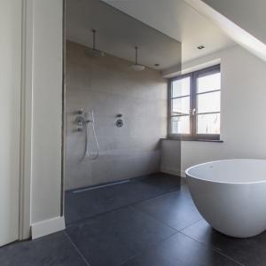 Belgisch Hardsteen Look Keramiek Donker Gezoet in badkamer.