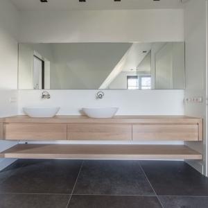 Belgisch Hardsteen Look Keramiek Donker Gezoet. Keramische tegels met houten badkamer meubel.