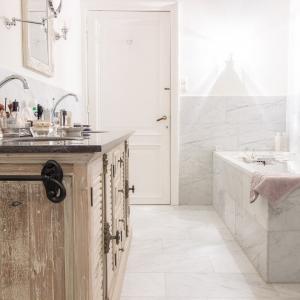Bianco Carrara Gezoet. Italiaans marmer in badkamer.