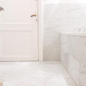 Bianco Carrara Gezoet badkamer.