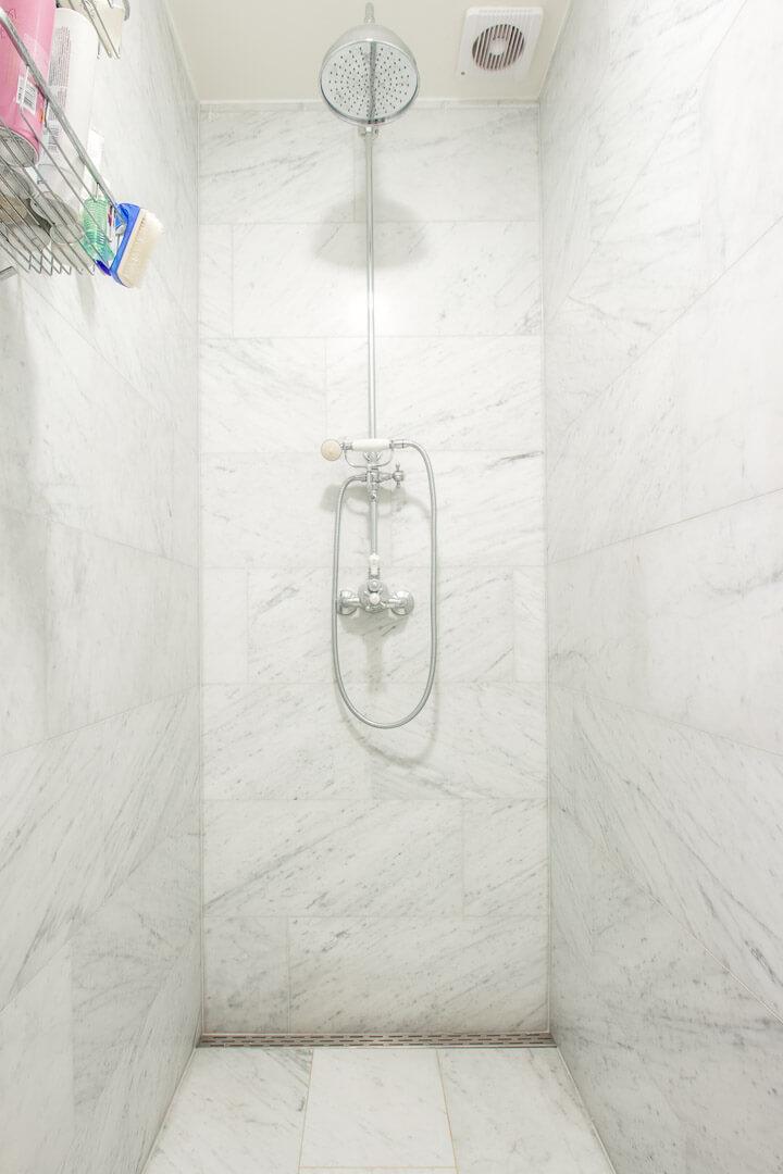 Bianco Carrara Gezoet douche