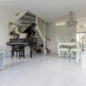 Bianco Carrara Type C woonkamer met vleugel