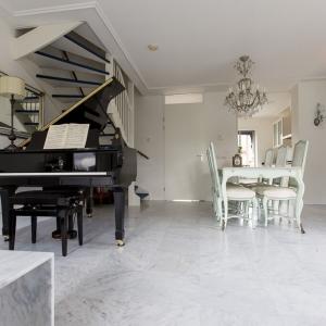 Bianco Carrara Type C Gezoet. Klassieke stijl. Bianco Carrara tafel.