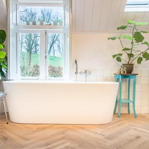 Friese Witjes Lichte Mix in badkamer met visgraat houtlook tegels.
