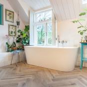 Friese Witjes Lichte Mix in badkamer met houtlook keramische tegels.