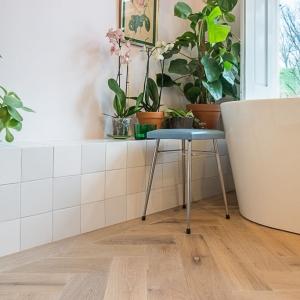 Friese Witjes Lichte Mix met houtlook tegels in visgraat motief.
