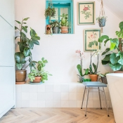 Ambachtelijke Friese Witjes Lichte Mix in badkamer met houtlook keramische tegels