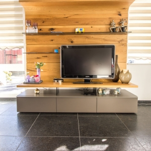 Graniet Coffee Brown Leather Finish met houten televisie meubel.