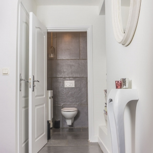Chateau Carreau Dallen tegen achterwand toilet
