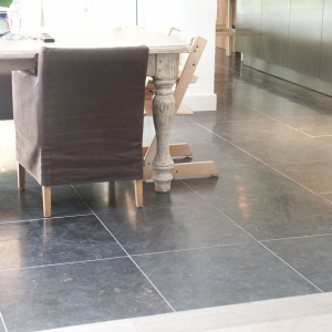 Spotted Bluestone Gezoet Eettafel. 60x60x2 cm.