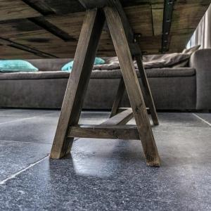 Belgisch Hardsteen Manueel verouderd, lichte schuring tafelpoot