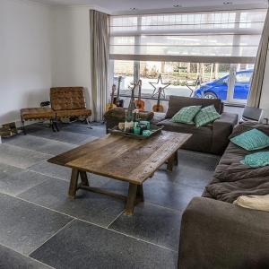 Belgisch Hardsteen Manueel verouderd, lichte schuring in woonkamer met openhaard