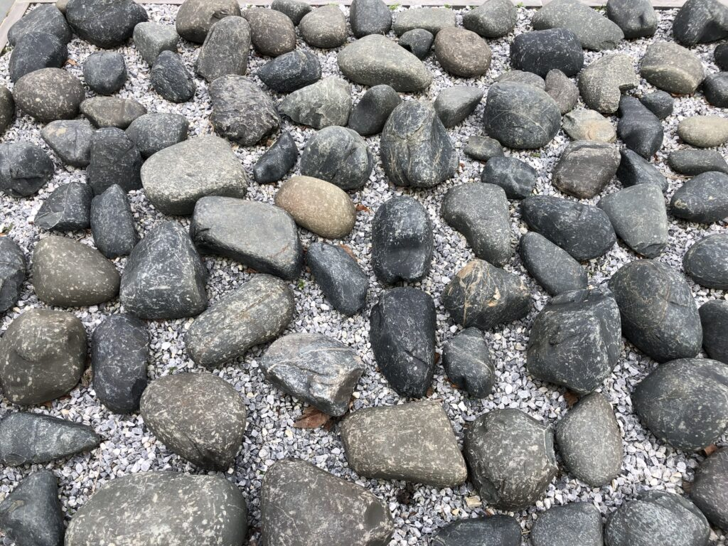 Beach Pebbles Black in de tuin