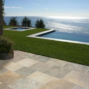 Franse Kalksteen Dallen Bontemps Grey Cappuccino in tuin met zwembad